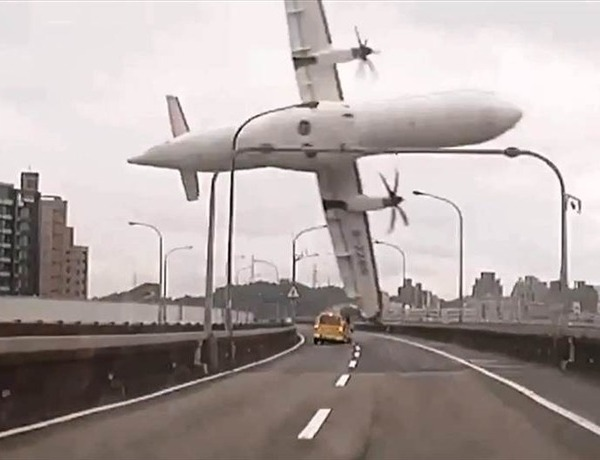The plane struck a bridge and a taxi before plunging into a river._5400570875194723384
