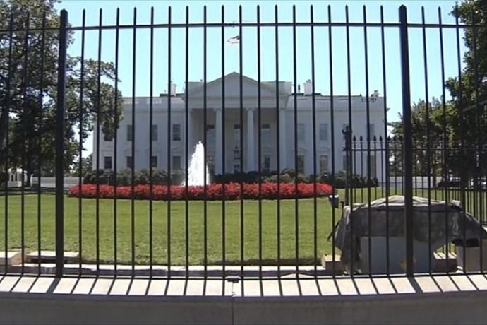 White House Gate Crashed into _-2239272424621653193