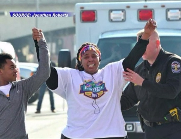 Police officer helps woman who lost 200 pounds cross 10K finish line_6864768098233633140