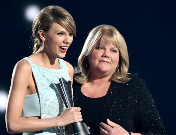 Taylor and Andrea Swift_-450603648394116633